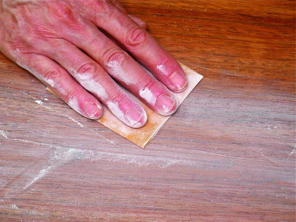 Tẩy sơn bằng giấy nhám